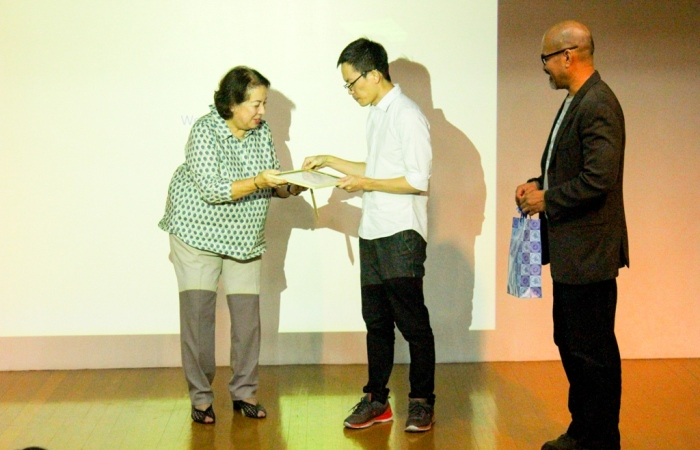 Wen Tsao Lin receives plaque of appreciation from Dean Ma. Asuncion Azcuna of the school of Arts and Sciences with Prof. Jokayaban, Fine Arts dept. chair assisting.