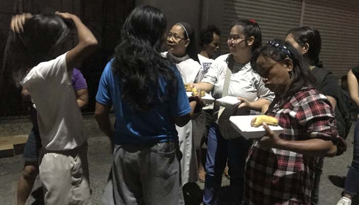 Mar. 18, 2019  Sr. Judith Diaz and some college students distribute dinner packs to street families near Vito Cruz Street