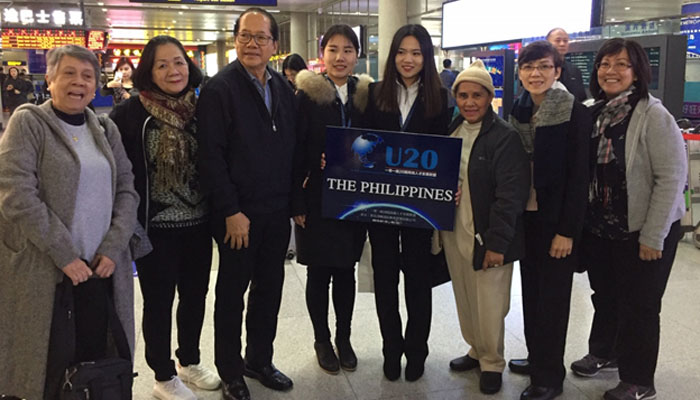 With Chinese graduate students at the Qingdao Liuting International Airport